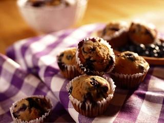 Muffins aux bleuets sans œufs, lait, arachides, noix et graines de sésame. Recette tirée du livre Déjouer les allergies alimentaires, 2e édition.