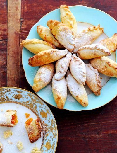 Abrikozen en een snufje nootmuskaat maken de piroshki zacht en zoet.