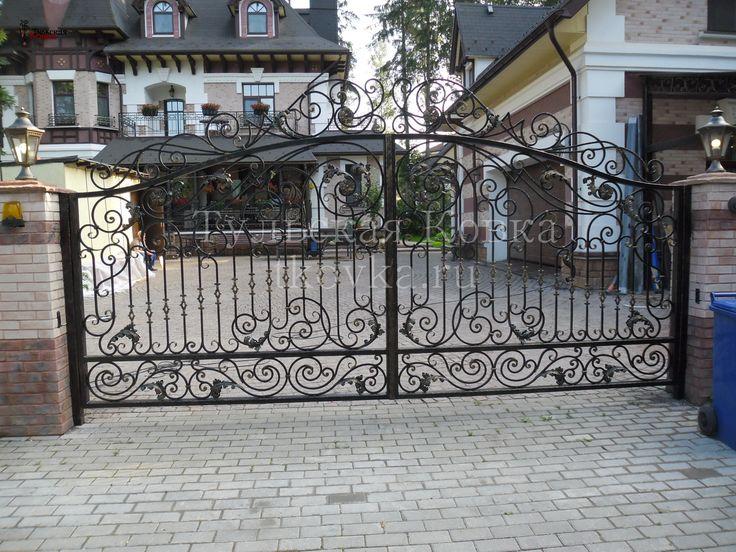 Кованые ворота с элементами ручной ковки (Wrought iron gates with hand-forged elements)