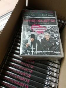 Kesän kuumin DVD ilmestyy 20.7.! Kovasikajutun hartaasti odotettu DVD on saatavilla hyvin varustetuista tavarataloista ja alan liikkeistä 20. heinäkuuta lähtien.