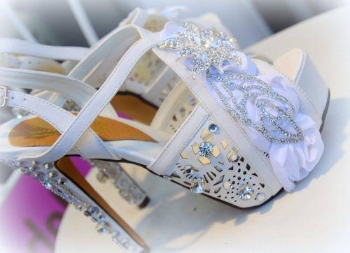 Χειροποίητα νυφικά πέδιλα στολισμένα με κρυστάλλους swarovski.  http://handmadecollectionqueens.com/υποδηματα/νυφικα-παπουτσια/Νυφικο-Πεδιλο-με-κρυσταλους-swarovski  #handmade #fashion #women #bridal #highheel #sandals #summer #footwear #storiesforqueens