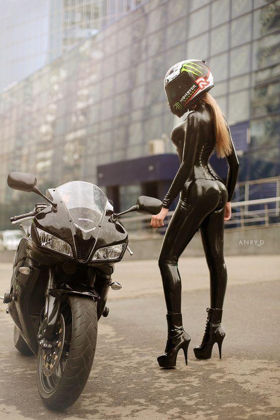 Catsuit vrouw samen met Honda CBR 600 RR race motor
