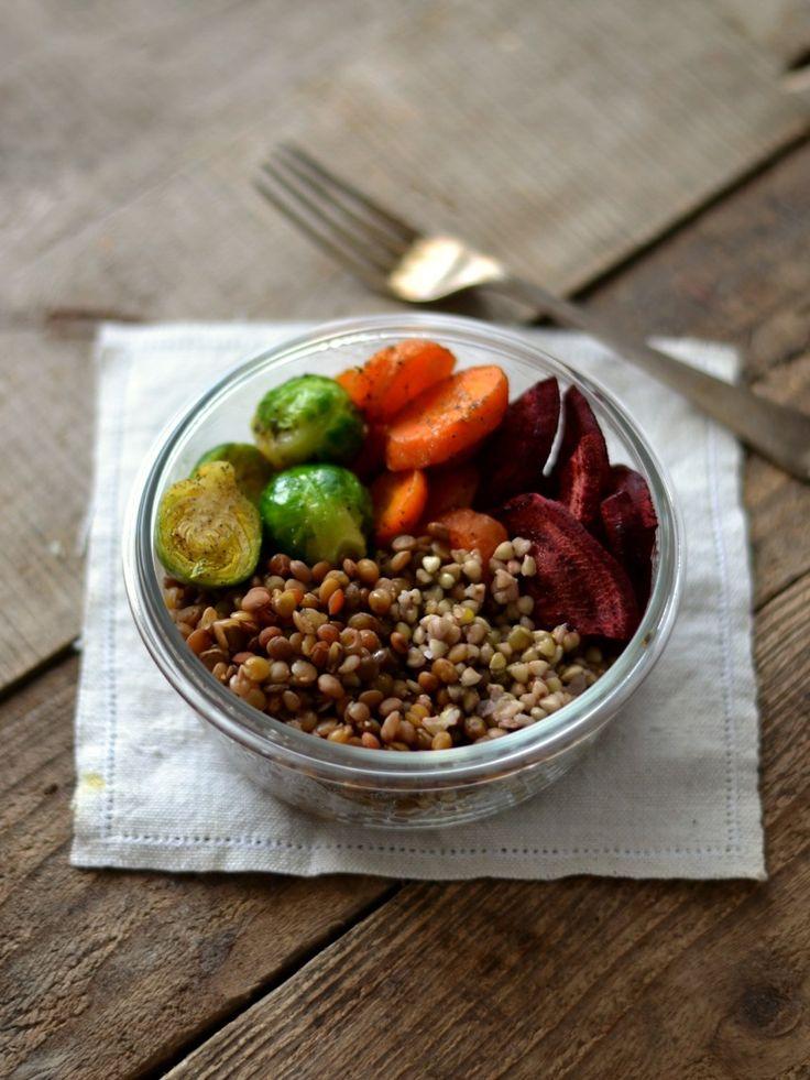 Trigo sarraceno cozido com lentilhas, cenouras, beterraba e couves-de-bruxelas assadas