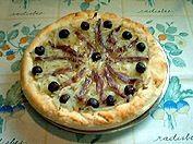 La pissaladière, es la pizza emblemática de la ciudad de Niza, que se degusta también en toda la Provenza francesa. Receta paso a paso. http://www.alotroladodelcristal.com/2014/05/pissaladiere-la-pizza-de-niza.html