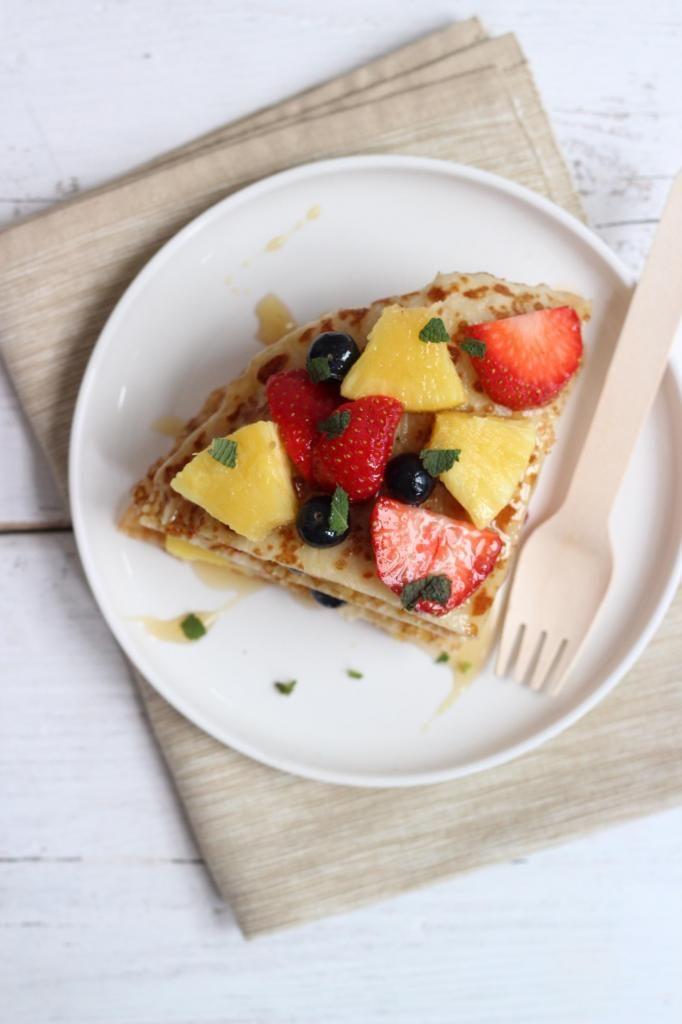 Pannenkoekentorentje met aardbeien, bessen en ananas - Lekker en Simpel