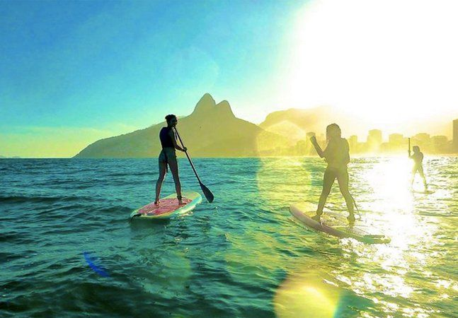 O Rio de Janeiro e as pranchas sempre formaram uma grande parceria. Do surfe ao bodyboard, passando pelo windsurfe, as águas cariocas são bastante afeitas à pratica de esportes sobre prancha. O que antes contava somente com o equilíbrio humano e a força das ondas, recentemente ganhou o auxílio de um remo – e o stand up paddle vem se transformando na nova mania entre os atletas do Rio. Originário do Havaí, o esporte consiste em permanecer de pé sobre a prancha, e se locomover pelas águas…