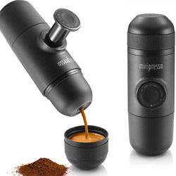 Die Minipresso Espressomaschine ist die kleinste und leichteste Kaffeemaschine für unterwegs. Sie benötigt keinen Strom und erzeugt einen Druck von 8 bar. -