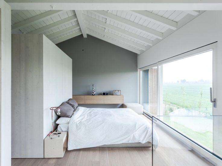 Schlafbereich im Dachgeschoss mit Trennwand und Panoramablick. Minimalistischer…