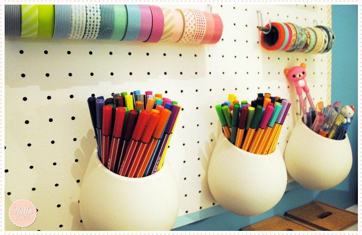 Une chic idée rangement pour un bureau avec un panneau perforé blanc (dispo en magasin de bricolage).