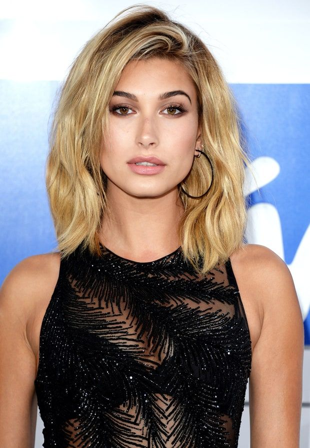 Hailey Baldwin's faux lob at the VMAs got all its texture from sea salt spray! Get the details from her hairstylist.