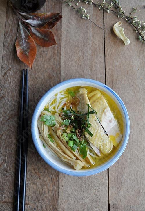 Món bún măng gà được xem là một trong những món đặc sản của miền Bắc. Khi thưởng thức, từng miếng thịt gà béo ngậy hòa cùng lớp mỡ vàng óng của nước dùng sẽ đem đến cho bạn hương vị đậm đà khó quên. http://daynauan.net/cach-nau-bun-mang-ga-ngon-va-bo/