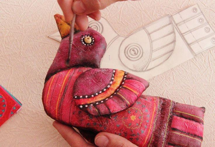 Сегодня я предлагаю вам свой мастер-класс по изготовлению текстильной интерьерной игрушки сороки в смешанной технике: грунтованный текстиль с элементами декупажа и росписью акриловыми красками