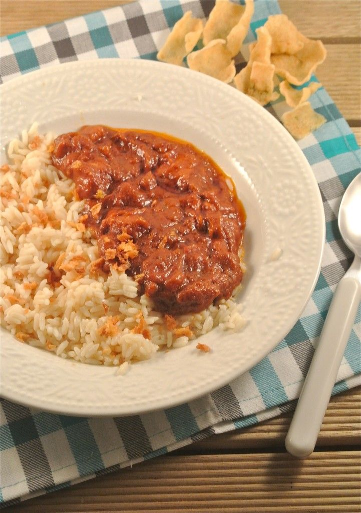 pittige kip met satesaus    rijst, kipfilet, kipkruiden, pindakaas, ketjap, ketchup, water, ev. sambal, witte ui, knoflookpoeder