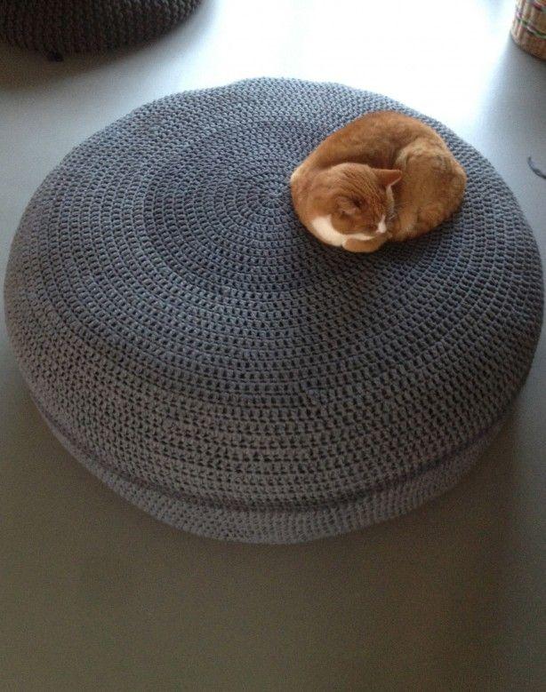 Reuzenpoef, gehaakt met Ribbon XL, bamboe haaknaald nr. 10 in stokjes. Simpel patroon, staat mooi en leuk om te doen!