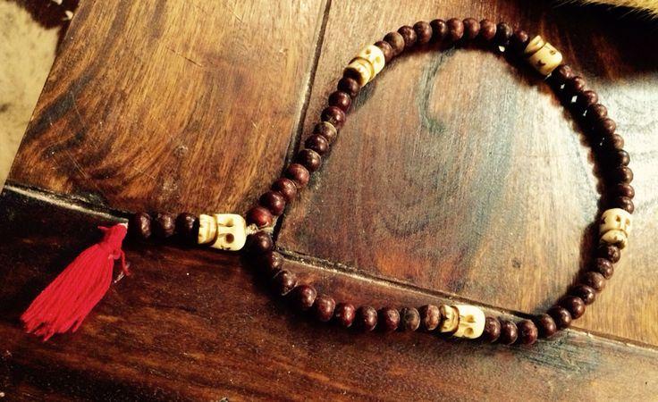 Rosenkrans. Træ- og benperler. Benperler er skåret så de ligner kranier. Rosenkransen bruges til meditativ bøn, for i hvert led fordyber man sig i et af troens mysterier. Når man beder Rosenkransen, hjælper de mange gentagelser til at lade sindet falde til ro og lytte til Gud.