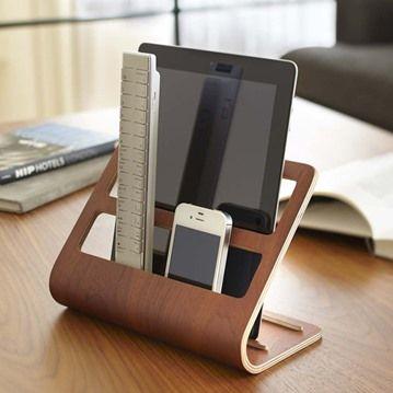 Ställ för iPad, fjärrkontroll och mobil   Ett ställ med perfekt förvaring för alla vardagliga småsaker och teknikprylar som vi vill ha nära till hands, som fjärrkontrollen, surfplattan, mobilen eller glasögonen!   iPad stand, iPhone stand, remote control stand, Yamazaki