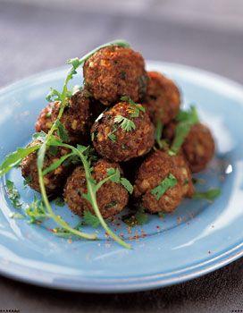 Recette Boulettes de boeuf à la coriandre : 1- Pelez les oignons et râpez-les dans une râpe cylindrique munie de la grille à gros trous, au-dessus d'une t...