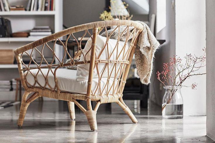 """Der """"Stockholm-Sessel besteht aus Rattan und ist von Hand gemacht. Damit er nicht nur äußerst hübsch daherkommt sondern auch noch bequem ist, legt uns Ikea passgenaue Kissen für Sitzfläche und Rücken auf das blonde Geflecht. Ca. 149 Euro."""