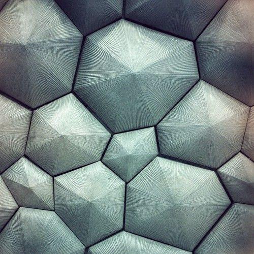 If wee keep gap between each plaster, the surface can work both as diffuser and sound absorber. - - - Megfelelő távtartással a geometriák között akusztikailag hasznos felület hozható létre.