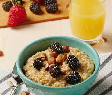 Letar du efter en snabb och god frukost som du kan förbereda kvällen innan? Sluta leta - den här ljuvliga, mjuka gröten gör du kvällen innan och när du vaknar är den redo att avnjutas med färska bär, rostade mandlar och flytande honung.