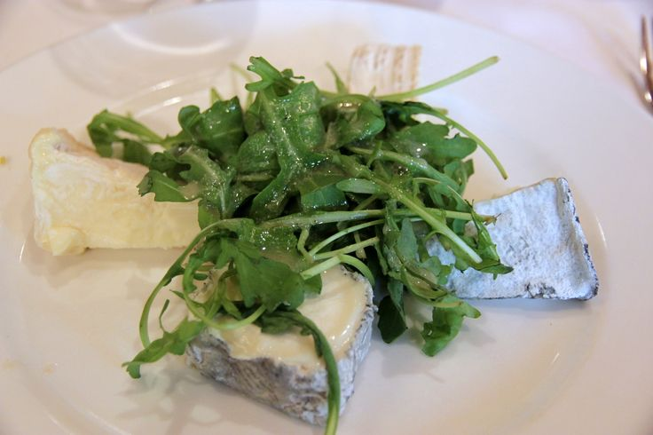 The cheese plate at the Château de Chambord (clockwise from bottom):Sainte-Maur-de-Touraine (goat),Valencay (goat), Brie de Meaux (cow), and Pouligny-Saint-Pierre (goat)./ L'assiette au Château de Chambord (dans le sens des aiguilles d'une montre commençant en bas) : Sainte-Maur-de-Touraine (chèvre),Valencay (chèvre), Brie de Meaux (vache),etPouligny-Saint-Pierre (chèvre).