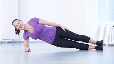 *Břicho*  2. Vzpor na boku: Lehněte si na pravý bok. Zvedněte tělo ze země. Snažte se udržet na předloktí a hraně chodidla. Bříško zatáhněte dovnitř, pánev vzhůru a uvolněte ramena. Volnou ruku můžete vzpažit ke stropu. Několik vteřin vydržte. Zopakujte i na druhou stranu.