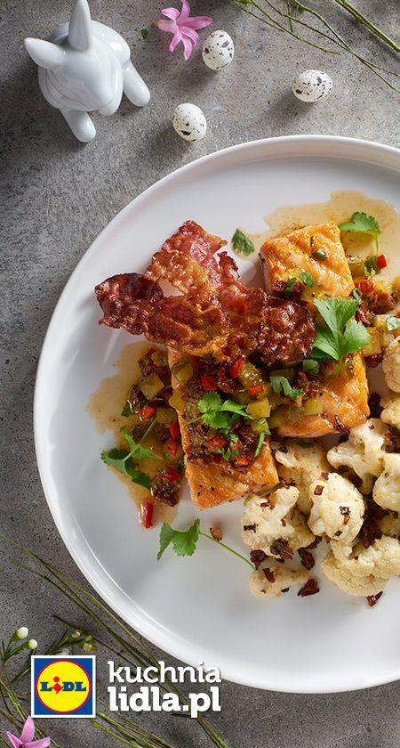 Grillowany łosoś z prażonym kalafiorem i salsą z ogórka i pomidorów suszonych. Kuchnia Lidla - Lidl Polska. #lidl #okrasa #losos