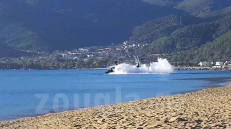 Bei einem Militärmanöver der griechischen Armee ist ein Apache-Kampfhubschrauber…