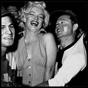 """15 Septembre 1952 / (Part III) Marilyn donne le coup d'envoi à un match de baseball à but caritatif, le sixième organisé annuellement : """"Out of this world series charity base-ball game"""", au stade """"Gilmore Field"""" de Los Angeles. Parmi les participants : le boxeur Art ARAGON, et les acteurs Mickey ROONEY et Dale ROBERTSON. Marilyn portait la robe rose avec laquelle elle fit la promotion du film """"Niagara""""."""