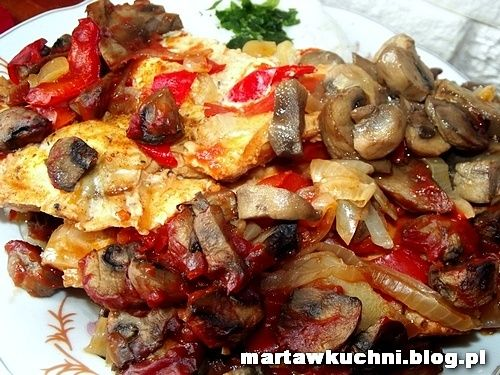 Filet z kurczaka zapiekany z pieczarkami i papryką