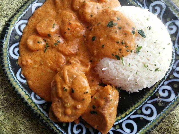 Le maffé (mafé, maafé) est un plat inventé par les bambaras du Mali. C'est une sauce succulente à base de pâte d'arachide qui peut être accompagnée de poulet ou de viande. Ce plat traditionnel s'accompagne généralement avec du riz. •Ingrédients 1 kg de viande de bœuf pour sauce 2 gousse d'ail 2 oignons moyens 1 …