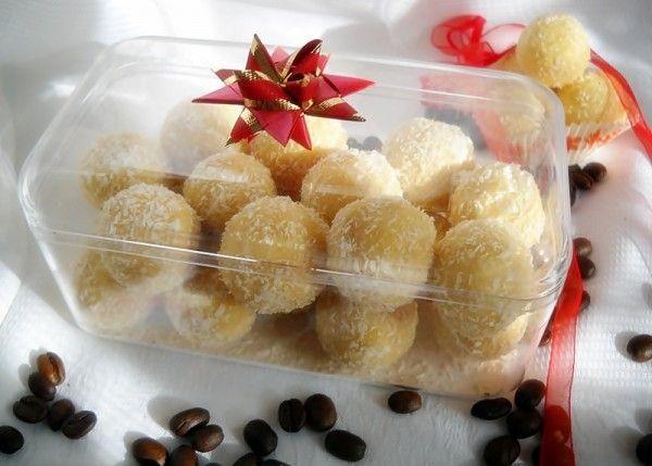 INGREDIENTE :200 gr nuca cocos,200 gr zahar pudra,250 gr margarina Rama ,2-3 pliculete zahar vanilat,2 galbenusuri ou,200 gr lapte praf,100 gr biscuiti macinati,nuca cocos pentru ornat,alune, visine (optional ), PREPARARE : Intr-un vas punem 200 gr nuca cocos, 200 gr zahar pudra, zaharul vanilat, 200 gr lapte praf ,2 galbenusuri ou si 100 gr biscuiti