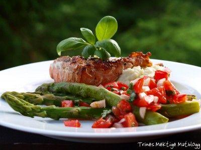 Grillet laks med blomkålpurè, asparges og tomatsalat | TRINEs MATbloggTRINEs MATblogg