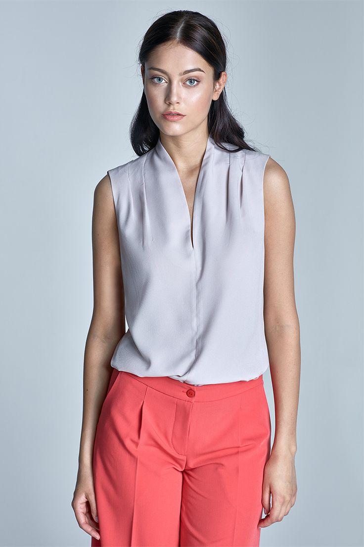 Top Nife Chantal Grey Jednoduchý top/halenka v barvě holubí šedi. Příjemný kousek využijete například do kanceláře, ale hodí se i na menší společenskou událost spolu s úzkou sukní a vyšším podpatkem. Výstřih do tvaru V, na ramenou decentně nabíraná v pravidelných skladech, příjemný vzdušný materiál (98% polyester, 2% lycra).