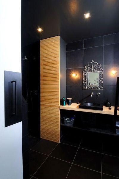 inspiration marocaine pour cette salle de bains dont les grandes dalles de carrelage noires identiques au - Salle De Bain Marocaine Design