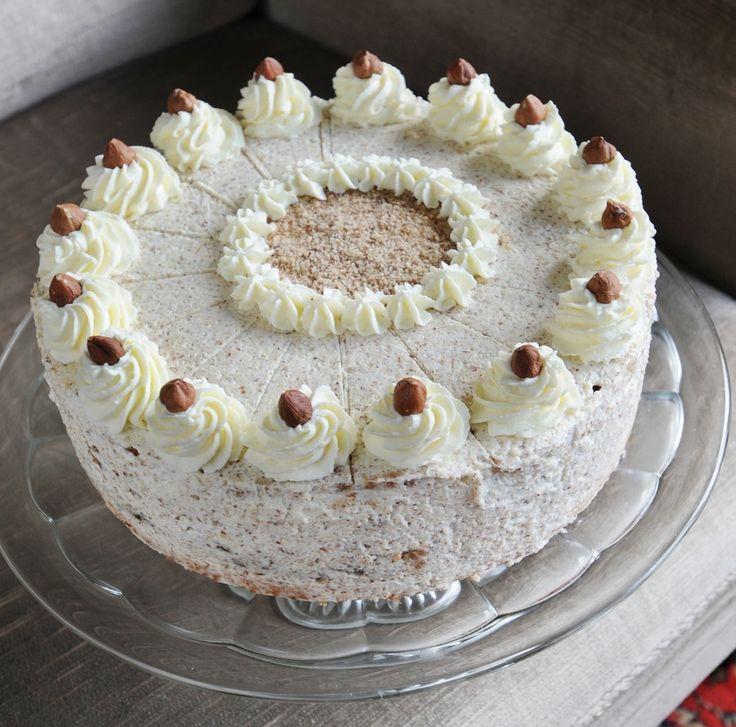 Seit den 60ern bäckt Oma Lene diese heiß begehrte Oma Lenes Sahne-Nuss-Torte. Manchmal verwendet sie dafür sogar ihre selbst gesammelten Nüsse.