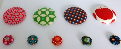 Stoffen knopen + magneet plakken = leuke magneten voor op je magneetbord