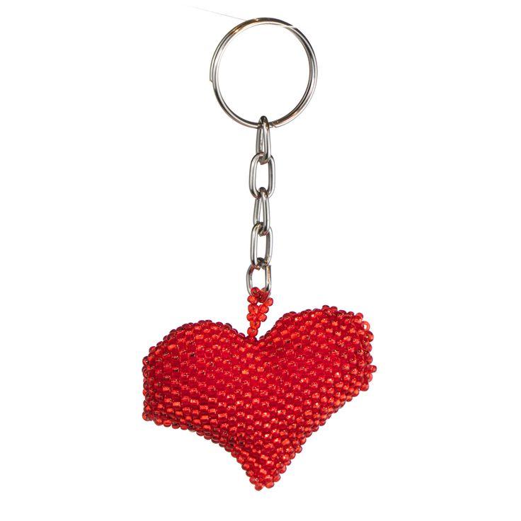 Söt #present till Alla hjärtans dag. En imponerande nyckelring i form av ett rödskimrande hjärta av flätade, vävda högglansiga pärlor. Tillverkad för hand i Guatemala.  #allahjärtansdag #valentinesday #14feb