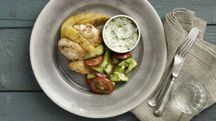 Græsk kylling med tzatziki og tomatsalat | Mad