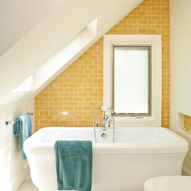 zonnig geel , Badkamer op zolder  badkamer  bathroom  salle de bai ...