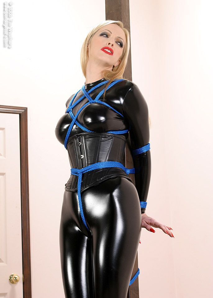 Frau In Latex Gefesselt