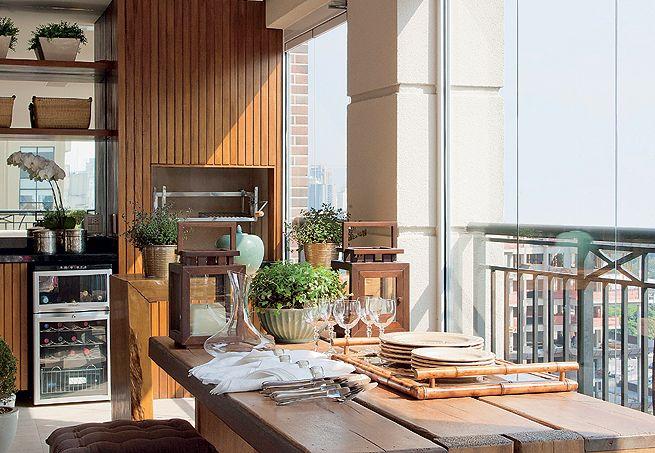 Esta varanda ganhou cara nova nas mãos da arquiteta Débora Aguiar: a churrasqueira recebeu revestimento interno de tijolo e mármore para isolar o calor