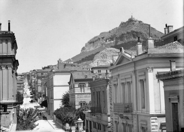 Αθήνα, οδός Εδουάρδω Λώ και Πανεπιστημίου και συνέχεια η Σίνα, δεξιά φαίνεται το Οφθαλμιατρείο, και δίπλα η Λεόντιος, 1910 ή 1916, φωτογραφία Albert Winslow Barker (1874-1947), αρχείο Bryn Mawr College. Πηγή: www.lifo.gr