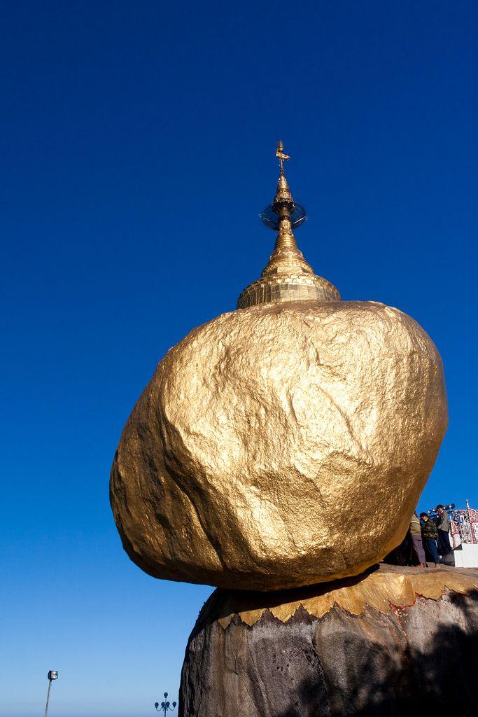 昼のゴールデンロック ‐ミャンマーの絶景・名所‐