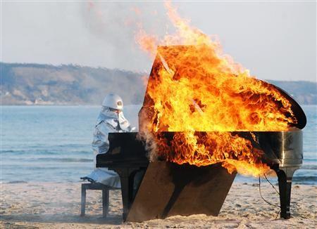 防火服で炎上ピアノ演奏、ジャズピアニスト山下洋輔さんが熱演 - MSN産経ニュース