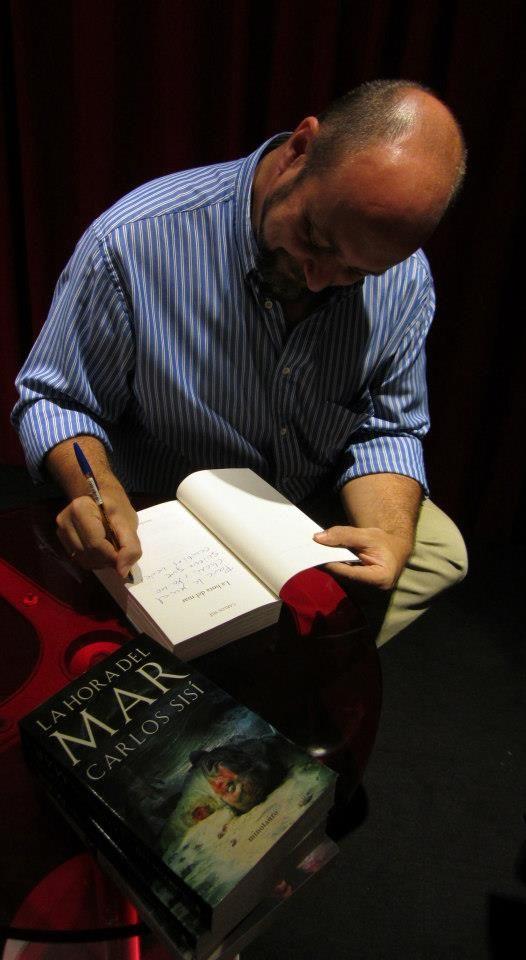 """Entrevista. Carlos Sisí se dio a conocer hace un tiempo con una trilogía de terror zombi llamada """"Los Caminantes"""". Para aquellos que no puedan conocerlo, les animo a que lo hagan. Pero, por si esto fuera poco, este autor va y nos sorprende con una nueva novela, """"La hora del mar"""", uno de esos hallazgos del año que deberían convertirse en una lectura obligatoria para todo buen amante del terror y la ficción."""