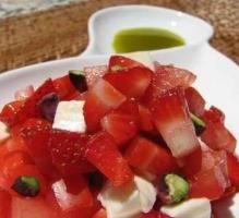Recette - Tartare de fraises, tomates et mozzarella à l'huile de pistache - Proposée par 750 grammes
