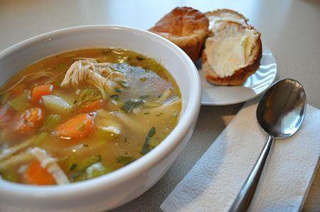 Ingredientes:  - ½ peito de frango  - 1 colher de sobremesa de azeite de oliva  - Cebola, alho e sal a gosto  - 1 chuchu cortado em pedaços  - 2 xícara de abóbora em cubos  - 3 inhames (ou batata doce)  - 1 maço de espinafres ou couve  - 1 ½ litro de caldo de galinha