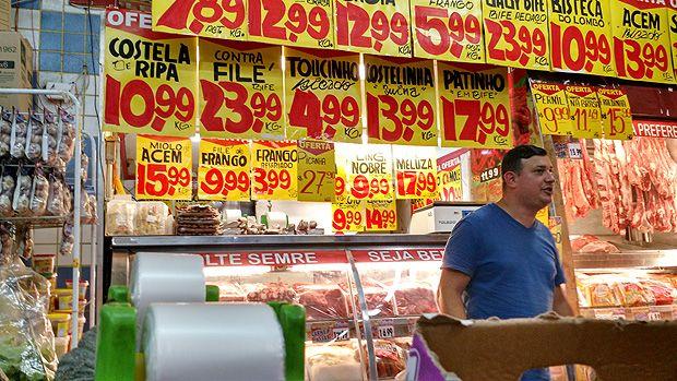 """Supermercados e açougues da capital desrespeitam regras da Vigilância Sanitária para o acondicionamento e a venda de carnes. O """"Agora"""" visitou 16 comércios em quatro regiões e constatou problemas como erro na calibração do termômetro de refrigeradores, falta do uso de luvas por açougueiros, temperatura acima do padrão, inexistência de data de validade e coloração suspeita de carne."""