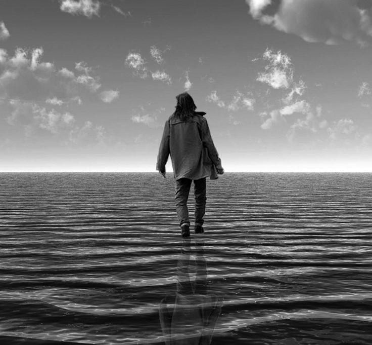 Con este trabajo, he intentando plasmar uno de mis sueños, poder caminar sobre el agua. La imagen muestra a una persona sin ataduras, libre, con todo un horizonte de agua por delante, sin nada que interrumpa su viaje. Eso es lo que representa esta imagen y mi sueño, libertad y tranquilidad.